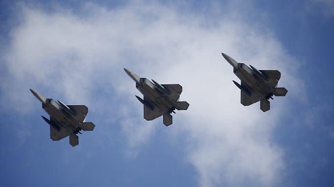 Waffenschau mit millionenteuren Maschinen: Die Zusatztanks für den Überführungsflug von Okinawa nach Südkorea sind unter den Flügeln gut zu erkennen.