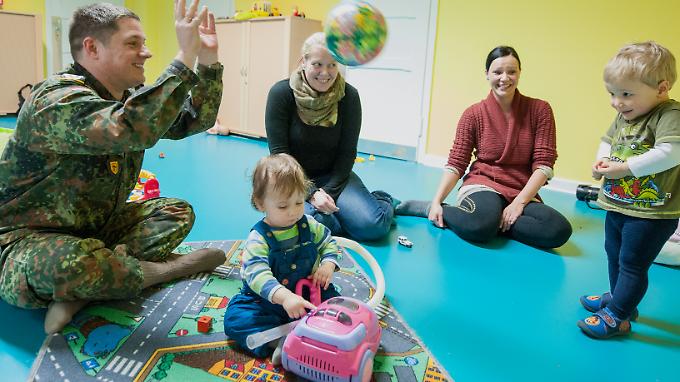 Ein Soldat spielt mit Kindern in einer Kasernen-Kita in Lüneburg.