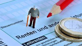 Wer jetzt in Rente geht und 1300 Euro im Monat bekommt, muss gut 100 Euro Steuern im Jahr einkalkulieren.
