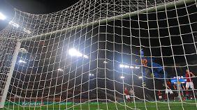 Roms Keeper Wojciech Szczesny streckte sich vergeblich nach dem Ball.