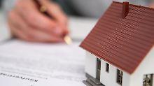 Den Kaufvertrag für die Traumimmobilie unterschreiben: Bei der Suche nach der günstigsten Finanzierung lohnt es sich, die Konditionen mehrerer Anbieter genau zu vergleichen.