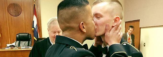 Dieser Hochzeitskuss ging um die Welt: Shane Adriano und Tristian Resz bei ihrer Trauung in Springfield.