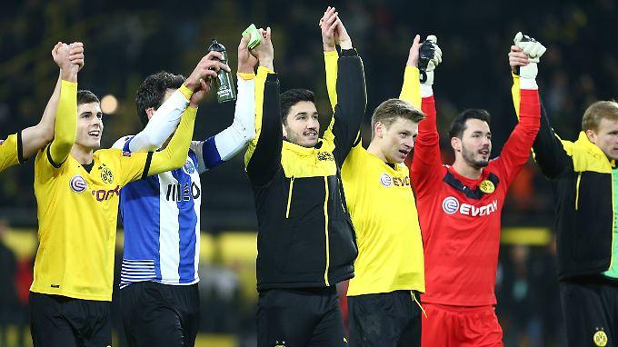 Nuri Sahin (m.) inmitten seiner Mannschaft.