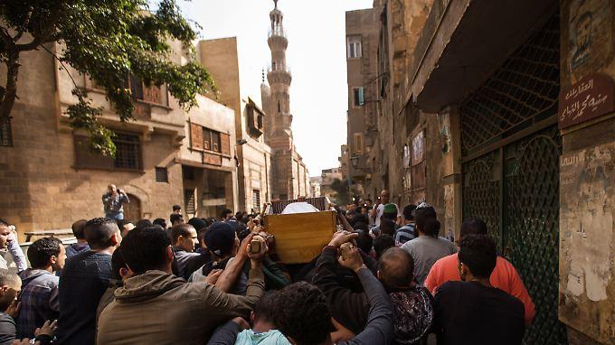 Trauernde tragen den Sarg von Mohamed Sayyed Ismail durch die Straßen.