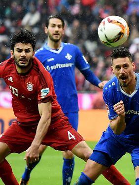 Hier trifft Darmstadts Sandro Wagner - und Serdar Tasci schaut zu.