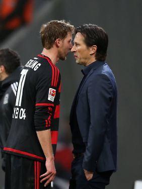 Trainer, Du musst raus: Leverkusens Kapitän Stefan Kießling im Zwiegespräch mit Roger Schmidt.