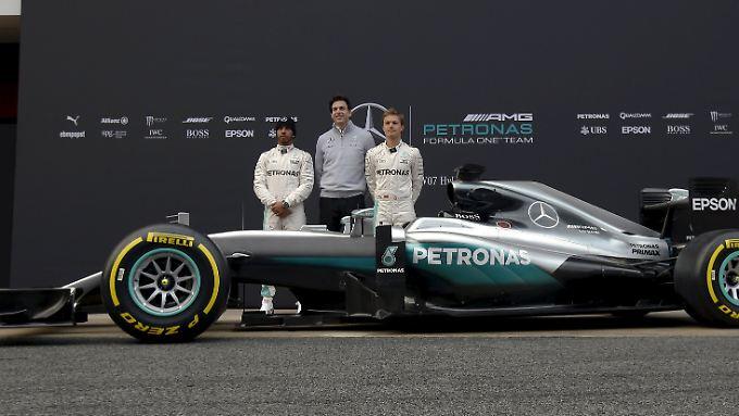 Neuer Dienstwagen: Lewis Hamilton, Nico Rosberg und ihr Mercedes F1 W07 Hybrid.