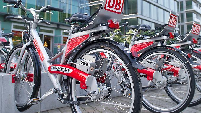 Verleih-Räder stehen oftmals in der Nähe von Bahnhöfen.