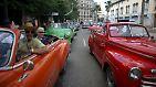 Winterliche Temperaturen? Fehlanzeige! Diese Touristen genießen eine Stadtrundfahrt durch Havanna in den beliebten Cabrio Oldtimern.