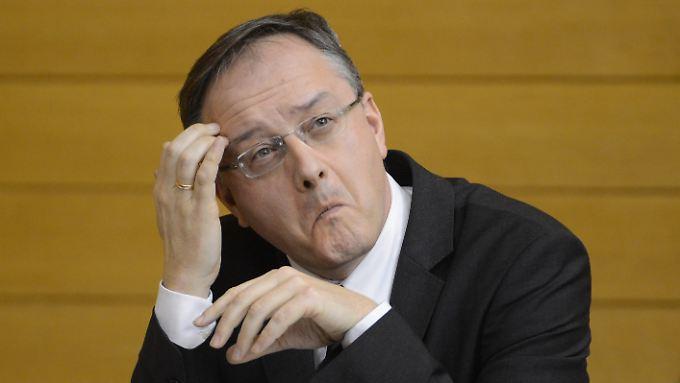 Egal ob an der Stirn oder am Hinterkopf: auch bei Politikern (Andreas Stoch, SPD) ist das Kratzen zu beobachten.