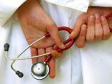 Patienten haben das Recht, ihre Krankenakte einzusehen. Laut Amtsgericht München kann dieser Anspruch bei einer fehlerhaften Behandlung auf die Krankenkasse übergehen. Foto: Patrick Pleul