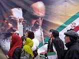 Feierlichkeiten zum 37. Jahrestag der Islamischen Revolution in Teheran. Auf dem Plakat die Konterfeis vom verstorbenen Gründer der Islamischen Republik, Ayatollah Ruhollah Khomeini (r), und dem heutigen Obersten Religionsführer Ayatollah Ali Khamenei.