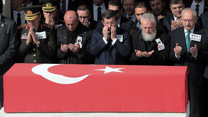 Für Vergeltung würde der türkische Ministerpräsident Davutoglu (m.) die geplante Waffenruhe in Syrien unterbrechen.
