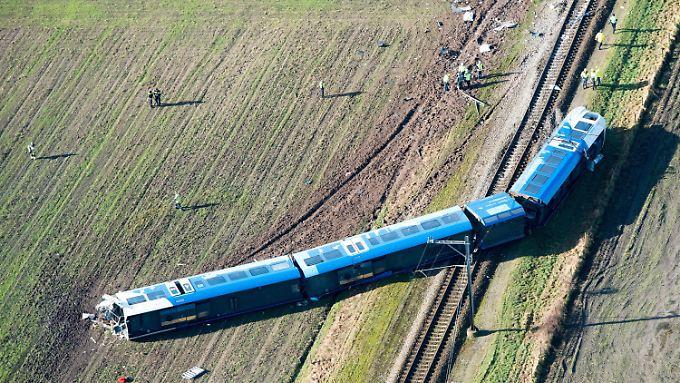 Im niederländischen Dalfsen entgleiste der Zug mit mehreren Waggons.