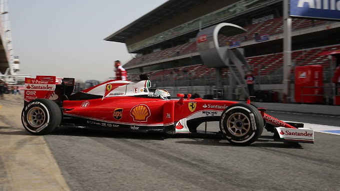 Der Ferrari von Sebastian Vettel hinterlässt in Barcelona einen starken Eindruck.