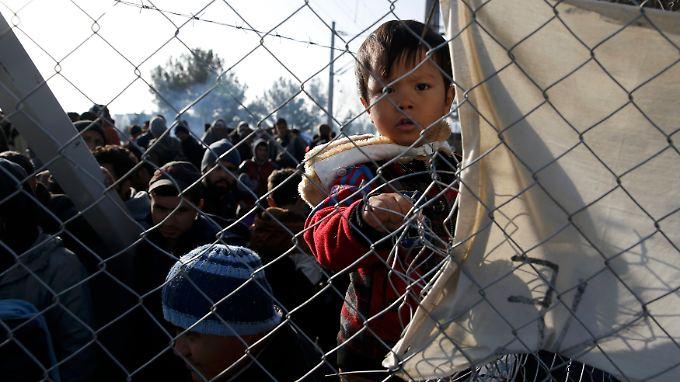 Flüchtlinge sammelten sich in den vergangenen Tagen an der geschlossenen griechisch-mazedonischen Grenze.
