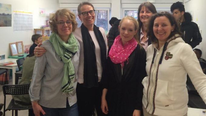 Sandra Jochheim (2.v.l.) freut sich mit den anderen Helferinnen über ein gut besuchtes Café.