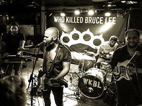 Um in Europa auftreten zu können, sammelte die Band unter anderem Geld via Crowdfunding.