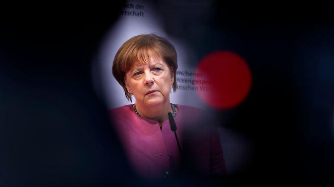 Kanzlerin Merkel schließt die Einführung von Obergrenzen für Deutschland bisher noch aus. Diese nennt sie inhuman und rechtswidrig.