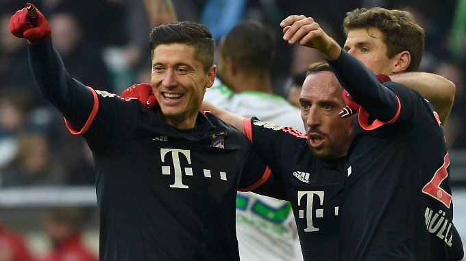 2:0 - Pflicht in Wolfsburg erfüllt. Da kann man schon jubeln, Robert Lewandowski und Franck Ribéry.