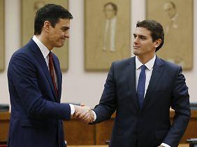 Sozialistenchef Pedro Sánchez (links) und sein Ciudadanos-Kollege Albert Rivera streben an die Regierung. Allerdings habe beide Parteien zusammen keine Mehrheit im Parlament.