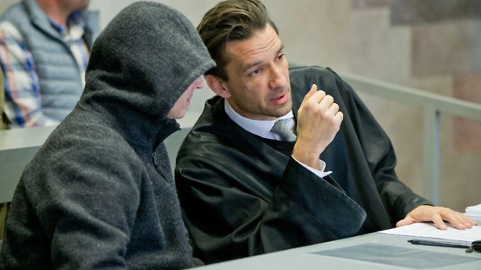 Der wegen Mordes angeklagte Bernd G. (links) bedauert die Morde.