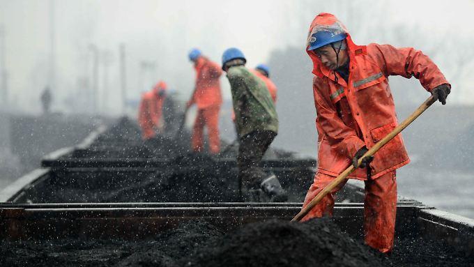 Chinas Industrie schwächelt: Die Führung in Peking reagiert und baut im Energiesektor 1,8 Millionen Stellen ab.