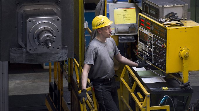 Arbeit an einer Gasturbine bei Siemens in Berlin.