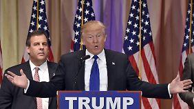 In Siegerpose: Donald Trump vor seinem früheren Konkurrenten Chris Christie, dem Gouverneur von New Jersey.