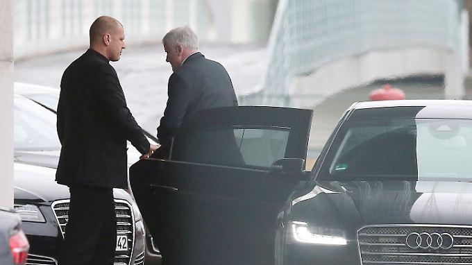 Auf dem Weg zur Chefin der großen Schwesterpartei: CSU-Chef Horst Seehofer vor dem Berliner Kanzleramt.