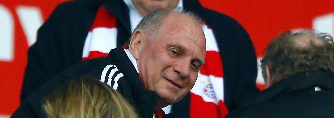 """""""Ich freue mich sehr, mal wieder ein Spiel live zu sehen"""": Uli Hoeneß."""