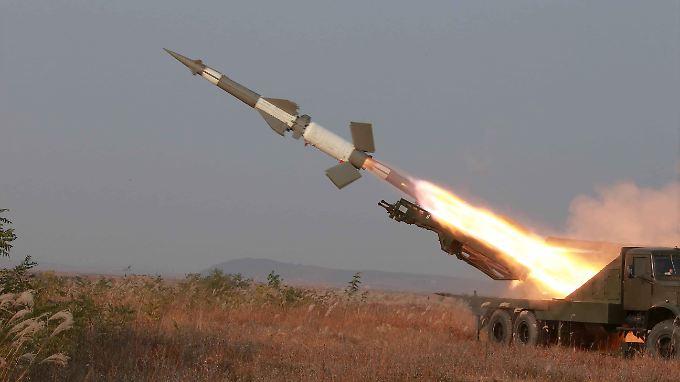 Nordkoreanische Truppen feuern bei einer Übung eine Kurzstreckenrakete ab.
