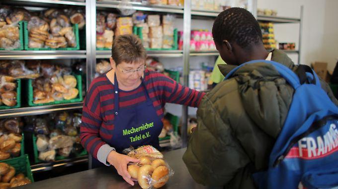 Neben den Bedürftigen mit deutscher Staatsangehörigkeit nutzen auch immer mehr Flüchtlinge das Angebot deutscher Tafeln.