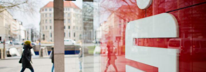 """""""Wird garantiert zu Fusionen kommen"""": Existenz kleinerer Sparkassen bedroht"""