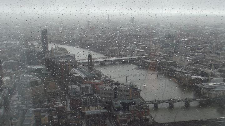 """Verregneter Ausblick auf London. """"The Shard"""" ist eine der neuesten Hauptattraktionen."""