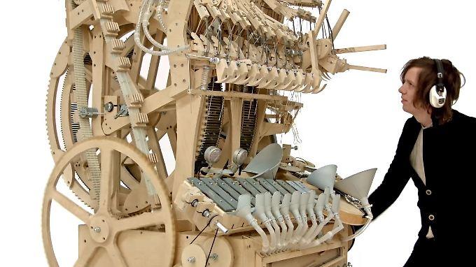 Die Marble Machine sieht aus wie eine Mischung aus Spieluhr und Webstuhl.