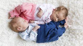 Ein neugeborenes Zwillingspaar.