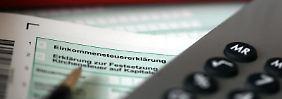 Steuerpflichtige mit einem geringen Jahreseinkommen können sich von so einigen Abgaben befreien lassen - mit der richtigen Bescheinigung.