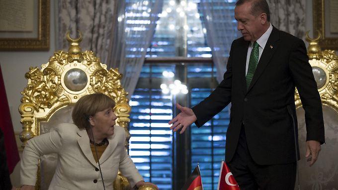 Merkel wurde vorgeworfen, dass sie beim umstrittenen türkischen Staatspräsidenten Erdoğan wegen der Flüchtlingskrise als Bittstellerin auftreten würde.
