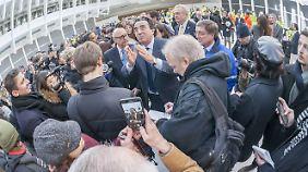 Calatrava, umringt von Besuchern und Journalisten bei der Eröffnung am Donnerstagabend.