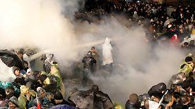 Tränengas statt Pressefreiheit: Verfolgung von Erdoğan-Kritikern nimmt absurde Züge an