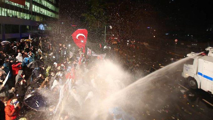 """Die türkische Polizei ging gegen Demonstranten vor dem """"Zaman""""-Gebäude mit Wasserwerfern vor."""