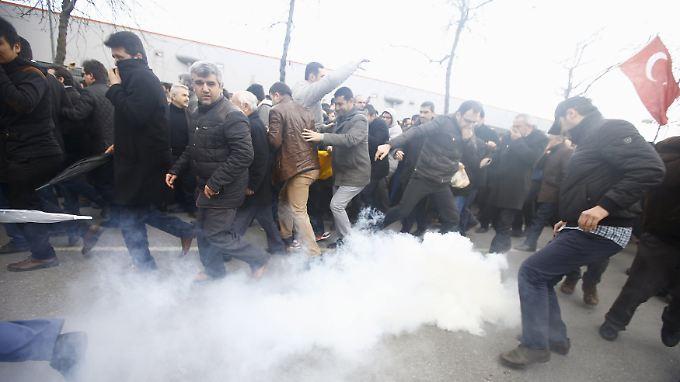 Die Demonstranten ließen sich von den Bildern vom Vorabend nicht abhalten. Die Polizei empfing sie mit Tränengas und Gummigeschossen.
