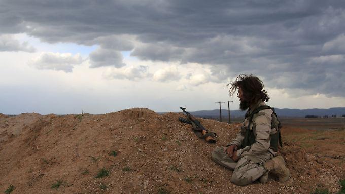 Ein bisschen Ruhe: Ein Kämpfer der Opposition sitzt auf einem Aussichtspunkt in der Provinz Hama.