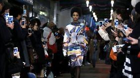 Designerin Christelle Kocher zeigt eine coole Mischung aus Sportswear und Couture.