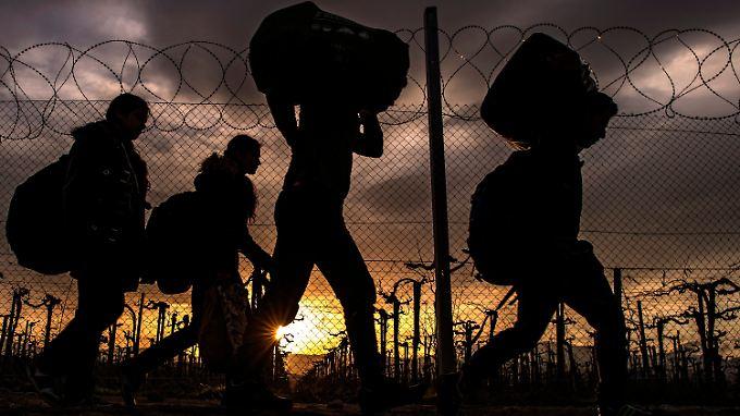 Nur wenige Menschen dürfen die Grenze zwischen Griechenland und Mazedonien passieren - sie machen sich auf den Weg weiter nach Norden.