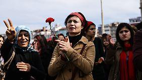 Mit Blumen in der Hand demonstrierten die Frauen für ihre Rechte.