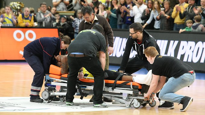D.J. Covington wurde nach seiner Verletzung minutenlang behandelt.