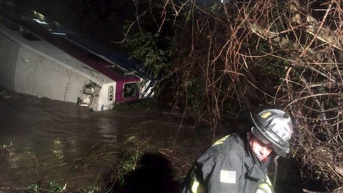 Rettungskräfte konnten alle Passagiere aus dem entgleisten Zug bergen.