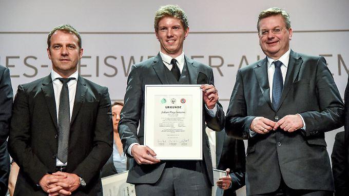 Hoffenheims Trainer Julian Nagelsmann (zwischen DFB-Sportdirektor Hans-Dieter Flick und DFB-Schatzmeister Reinhard Grindel) ist nun im Besitz der Fußballlehrer-Lizenz.